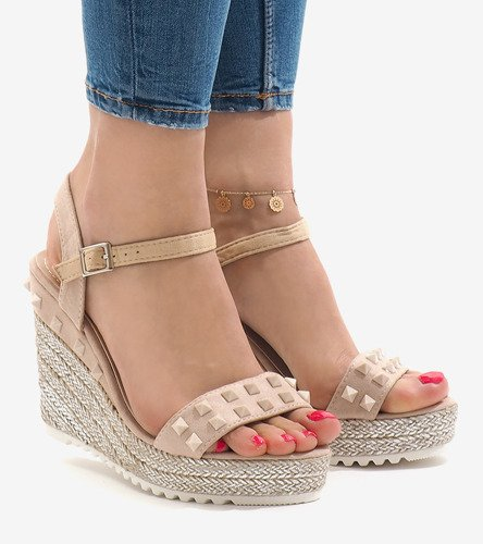 e7af9401 Beżowe zamszowe sandały na koturnie z ćwiekami TS-16 | Obuwie Gemre online