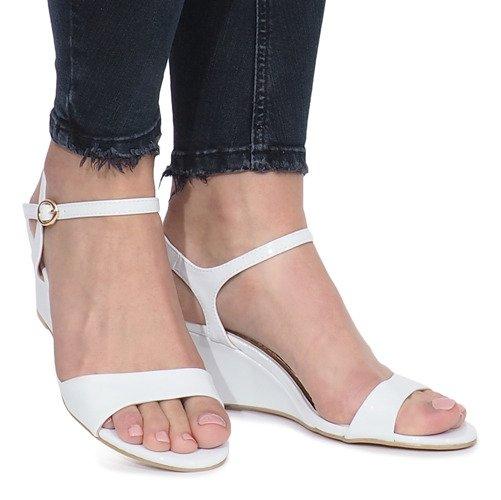 sandały damskie białe na koturnie lakierowane